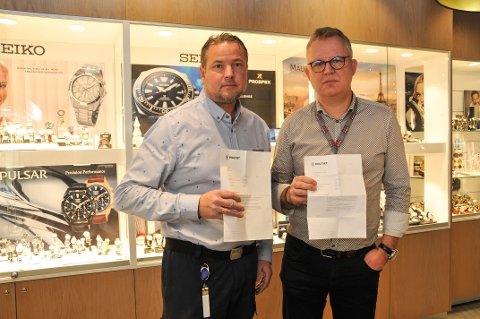 BREV FRA POLITIET: Kjøpmann Lars Norrman (til venstre) hos Rema 1000 på Arkaden og Ingar Eckholdt som driver Renommé i samme kjøpesenter, fikk begge brev fra politiet torsdag om at anmeldelsene deres er henlagt.