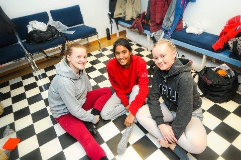 GLEDER SEG: Vilde Leion, Hanna Tangvald-Pedersen og Nora Solheim er i innspurten av forestillingen som er deres hovedoppgave på danselinja i Skien.