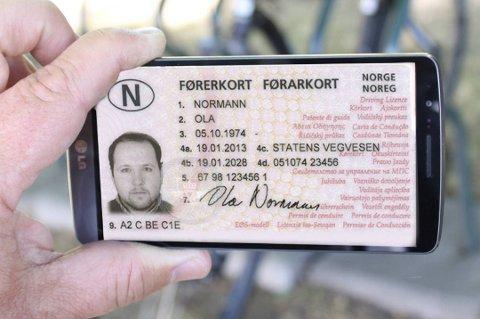 Finland og Sverige går i løpet av et par år over fra fysiske førerkort, til førerkort lagret på mobilen. Norge kan følge etter. Foto: Teknofil.no/Statens vegvesen/ANB