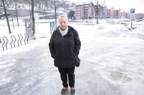 BETYR TRØBBEL: Leder for eldrerådet, Gerd Andersen, mener både eldre og yngre får trøbbel når det ikke strøs, slik tilfelle er på denne parkingsplassen i sentrum.