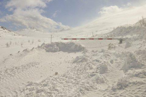 Brøytes: Turistene skal komme seg over Gaustaråen tross tidlig påske. Brøytebilen er i gang på Tuddalsveien.