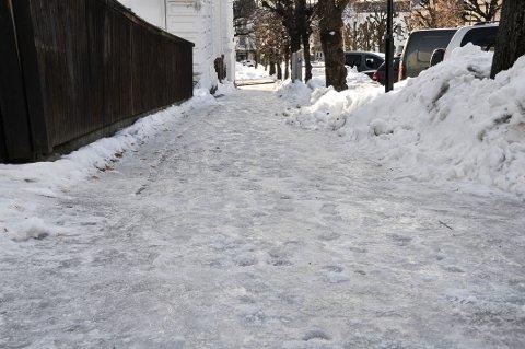 TIDKREVENDE: Å spasere på fortauene i Skien sentrum er for tida en tidkrevende affære.