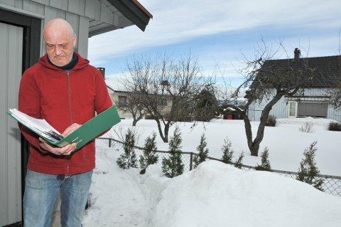 – RADIKAL FORTETTING: – Det her blir ei radikal fortetting av boligområdet vårt, sier Ulf Thorstein Andreassen. På nabotomta til høyre i bildet, vil det komme opp en ny bolig som skal være 6,2 meter høy.