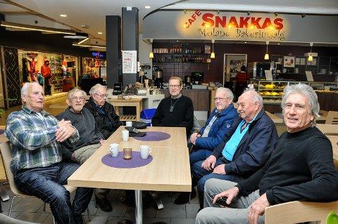 STENGER: Café Snakkas i Bø har holdt på i mange år. I april er det slutt for godt. De gamle karene traverne har sittet ved samme bord i 20 år. Fra venstre Rolf Kittilsen, Gunnar Schjerva, Gunnar Aasgrav, Hallvar Haugland, Lars Rulnes, Leif Espeseth og Torleif Moen.