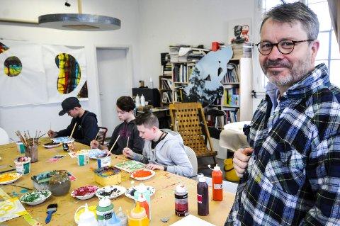 FRIE TØYLER: Odd Fredrik Hvattum Heiberg gir elevene frie tøyler når de hiver seg over blanke ark.