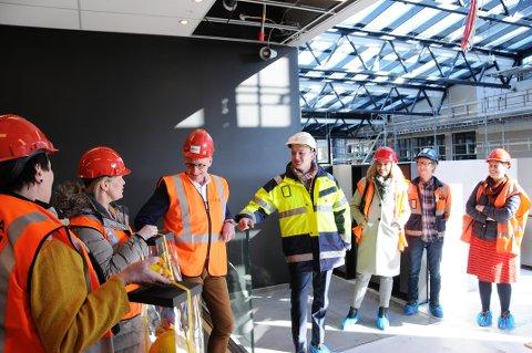 FEIRET I NY ETASJE: Fjerde etasje på den nye Skien videregående skole er på det nærmeste ferdig. Det ble feiret der av en delegasjon fra fylkeskommunen. Fylkesordføreren i midten.
