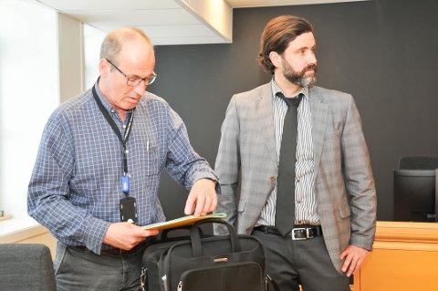 FENGSLINGSMØTE: Politiadvokat Kjell Ove Ljosåk (til venstre) og advokat Håvard Flatland, som forsvarer den 58 år gamle oslokvinnen, i samtale etter torsdagens fengslingsmøte.