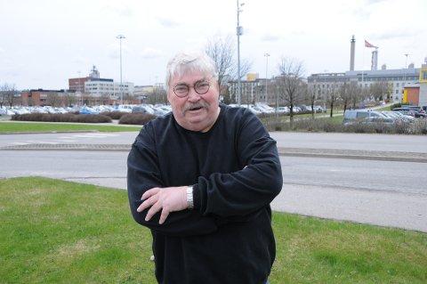 JA TAKK - BEGGE DELER: Hans Gunnar Tørre i Porsgrunn gleder seg over 1. mai-markeringen og at Karl Marx er 200 år. På bildet er han ved industriparken hvor han har jobbet i 44 år.