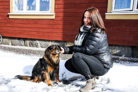 PASS PÅ: Monika Landsverk ønsker ikke å være moraliserende i forhold til ølsalg på nett, men ber folk om å passe ekstra på barna oppe i det hele. Her får hunden Felix seg en ekstra kos.