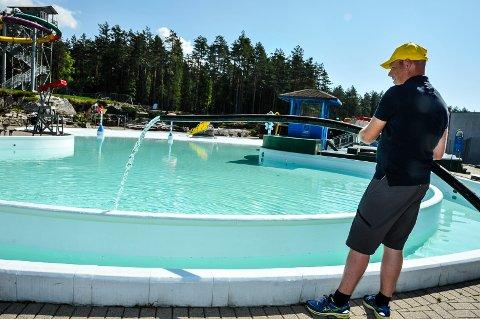 BØVERSTRANDA: Til tross for at det gjenstår godt over tre uker til åpning så er allerede vannet begynt å fylles i bassengene.