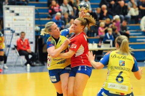 BLIR I STORHAMAR? Heidi Løke, her i duell med Andrea Rønning, er ønsket tilbake i Gjerpen. FOTO: KRISTIAN HOLTAN