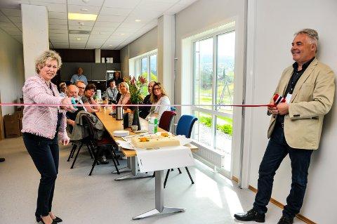 KLIPPET OG KLART: Mandag åpnet Bø skattekontor sitt nye store kontor med i alt 23 ansatte fra Seljord, Bø og Notodden. Cecilie Solum og Einar Tveit sto for seremonien.