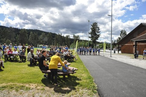 FOLKSOMT: Flere hadde møtt opp for å se på åpningen. Tilsammen er en kilometer asfaltert og tilrettelagt for aktivitet.