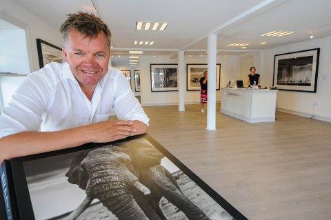 STOLT OG YDMYK: Rolf Stavnem er både stolt og ydmyk over at David Yarrow spurte om å få stille ut i galleriet i Kragerø. I det nyoppussede lokalet vises 25 av hans bilder som går for opp mot en halv million kroner.