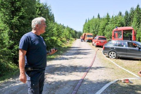 UTRYKNINGSLEDER: Utrykningsleder Knut Rune Hansen i Skien brannvesen leder slokningsarbeidet ved skogbrannen i Siljan, hvor de drev med etterslokking fredag ettermiddag.