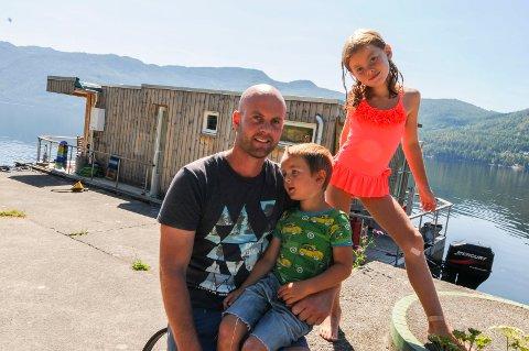 HYTTE PÅ VANNET: Roy Gunnar Bergland ferierer for andre sommeren med sin egenbygde hyttebåt. Her sammen med ungene Heine og Erle. (Alle foto: Marie Edholm Andresen)