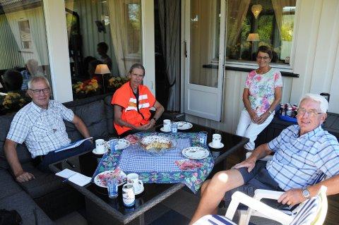 UFORMELT MØTE: Naboer i Siljan inviterte representant Eivind Gurholt fra vegvesenet  på kaffe og kaker tirsdag. Naboene er Eva Hagen og Ole Kristian Hagen, ordfører Kjell Sølverød (t.v.) var også til stede.