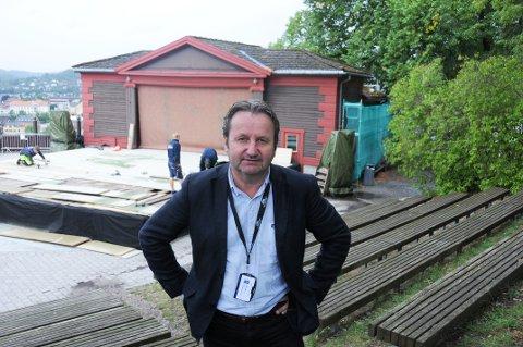 PÅ TIDE: Det er på tide å iverksette vedlikholdstiltak for scenebygget i Brekkeparken, konkluder Bjørn Rudborg, avdelingsleder bygningsvern i Telemark museum.