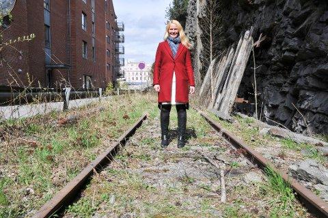 OPPTATT AV REKKEFØLGEN: - Uansett kan ikke en bybane være førsteprioritet, sier ordfører Hedda Foss Five, her fra en tidligere befaring av jernbanesporet på Langbrygga i Skien.