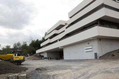 VENTER: Både kommunen og boligkjøperne venter på svar. Banken har bestilt flere rapporter om hva som må utbedres for å gjøre boligprosjektet ferdig. Bildet er tatt under byggingen av leilighetene. Foto: Vigdis Hella