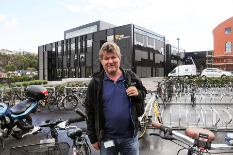 SYKKELPARKERING: Verneombud på Skien videregående skole, Jens Klungseth, mener Telemark fylkeskommune bør legge til rette for en sykkelparkering med tak når de ønsker at ansatte og elever skal sykle hele året. Nå håper de at ledelsen vil se på en løsning. FOTO: VIGDIS HELLA