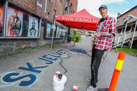 GATEKUNST TIL PREMIEREN: Gatekunstner Tom Erik Heimdal Nykås fra Skien har gått rett fra «mølleveggen» til oppdrag for kinoen. Når «Skjelvet» har premiere fredag, får publikum en ekstra overraskelse.