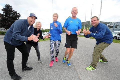 HEIER: Anders Orlien (til venstre), Oda Lill Blålid og Niclas Myhrene Larsen (til høyre) heier på Rita Wetting og Jan Ivar Slåen før Helteløpet neste helg. Denne uken fikk de også splitter nye                     løpesko å bruke. foto: ole martin møllerstad