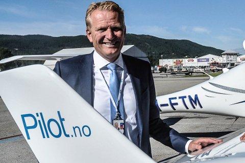 Moro: - Virkelig moro, sier daglig leder Frode Granlund i Pilot Flight Academy etter at 100-millioners-kontraktenn er i hus. Foto: Kai Andersen