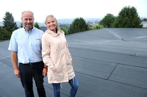 HER SKAL DET VÆRE: Ekteparet Robert og Kine Aarnes i Skien vil ha solcellepanel på taket sitt. De har søkt midler fra det grønne utviklingsfondet til kommunen.