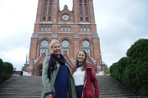 FANTASTISK MED SANG: Nina Kihle og Karolina Wisniewska i Skien kantori sier det fantastisk å synge. Men de ser gjerne at enda flere vil bli medlem av koret, spesielt menn.