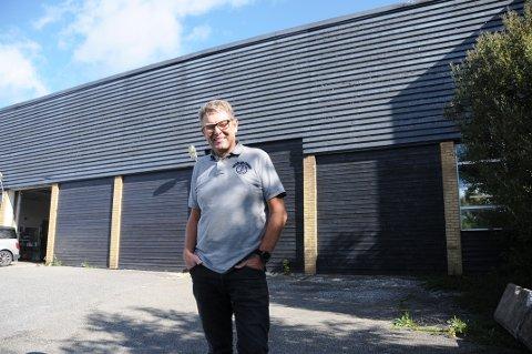 UTFORDRER: Halvor Berg-Hanssen i Skiens såpefabrikk AS på Bakken utfordrer kunstmiljøet i Grenland: - Lag veggmalerier dere synes er god kunst på veggene våre.