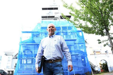 BRUKER MILLIONER: Ole-Thorstein Lerbrekk eier nå Borgengården i Skien. - Den er flott, men trenger restaurering som nok vil kommer på noen millioner, sier han og står foran stillasene ved gården, de er nylig er satt opp.