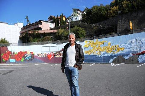 ROS OG KRITIKK: - De som står bak veggmaleriene har hatt gode intensjoner, men helhetlig er det ikke, sier kunsthistoriker og forfatter Tommy Sørbø.