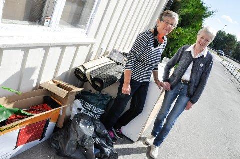 TAKK, MEN NEI TAKK:Henni Li og Bjørg Flåterud ved NMS Gjenbruk Heddal er litt oppgitt over alt som settes igjen utenfor butikken.