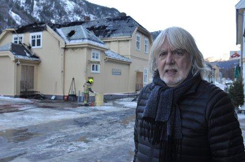Verdensarvkoordinator Øystein Haugan utenfor restene av Rallarhuset i Storgata 22 på Rjukan.