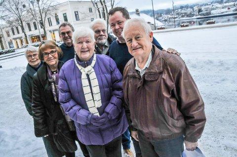 FIKK PENGER: Vera Pedersen og Varmestua (foran) fikk over 40 000 kroner av Stiftelsen LHL Skrukkerød gård. Robin Kåss roser stiftelsen for å gi penger til et godt formål.