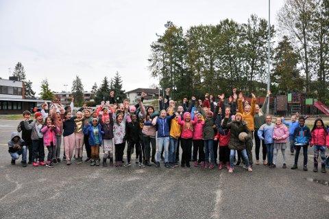 GLADE: Elever og ansatte på Stigeråsen skole er storfornøyde over at de får Dronning Sonjas skolepris.