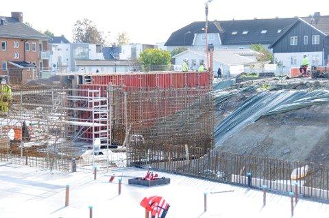ET STEG NÆRMERE: Det går framover for barnehagen som bygges i Skien. Grunnmuren er ferdig armert.