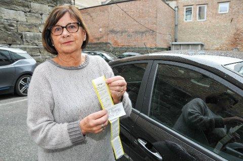 Fikk bot: Kari Lise Holmberg fikk bot mens hun betalte for parkeringen ved Sykehuset Telemark i Skien. Parkeringsselskapet har beklaget og opphevet boten. Foto:Ørnulf Holen