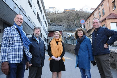 POSITIVE: På baksiden av de folkevalgte på bildet kan det bli togstopp i sentrum. De folkevalgte som allerede har bevilget millioner er blant andre Erik Næs, Geir Arild Tønnessen, Hedde Foss Five, Åse Gro Bakke og Trond Ballestad.