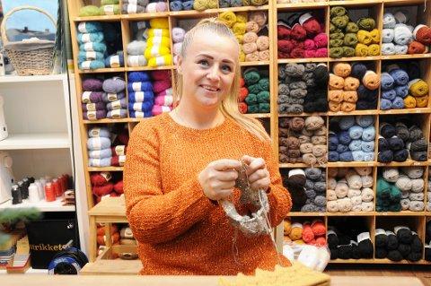 PRODUSERER: Tonje Dahlgren elsker å strikke.  Nå har hun funnet fram til et produkt mange etterspør.