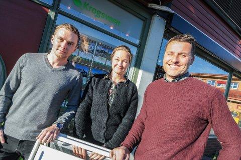 TRENGER HJELP: Thomas Johan Nilsen, Kjersti F. Rønningsland og Henrik Tangen ved Krogsveen i Bamble ønsker seg pepperkakehus i førjulstiden.