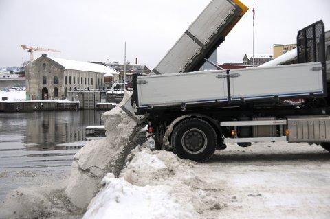 SLIK: Kommunen har kvittet seg med snømasser på denne måten de siste årene. Denne sesongen søker de om inntil 1000 nye lass med snø  i elva.