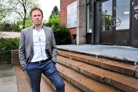 MYE JOBB: Andreas Nyhaug (46) tilbringer mye tid i retten. Han forteller at han møter mange spennende skjebner i jobben.