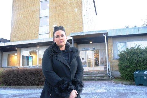 HOLDER IKKE: Folkevalgte Helene Røsholt mener spareplanene for lindrende enhet (i bakgrunnen) i Skien ikke holder mål.