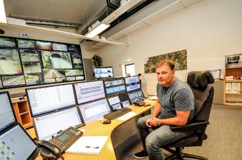 Overvåkes: Jan Ove Grave ved Vegtrafikksentralen forteller at Grenlandsbrua kameraovervåkes 24 timer i døgnet.