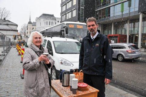EKSTRASERVICE: Aina Gundersen var blant passasjerene som mandag fikk pepperkaker og gløgg fra bussjåfør Arve Sjøli i Telemark bilruter AS.