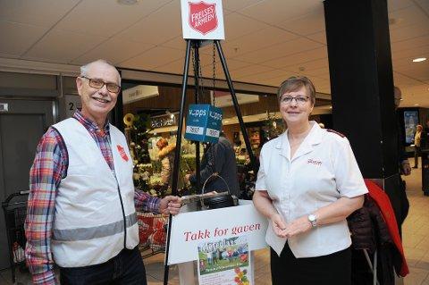 TAKKNEMLIGE: Frivillig Arne Rønjom og kaptein Laila Granseth i Frelsesarmeen er imponert over folks vilje til å gi. - Vi ligger 50 000 kroner over fjoråret, opplyser Granseth.