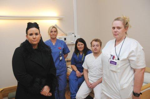 IKKE KUTT: Folkevalgte Helene Røsholt (t.v.) forlanger at det ikke kuttes i lindrende enhet, her representert ved Pia Aasen - sykepleier, Signe W. Ward - spesialsykepleier, Simon Berglund - assistent og Camilla Stubberud - sykepleier.