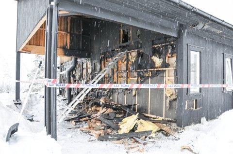 STARTET I VEGG: Brannen startet i veggen mellom carporten og hytta. Se flere bilder ved å sveipe eller klikke mot høyre.